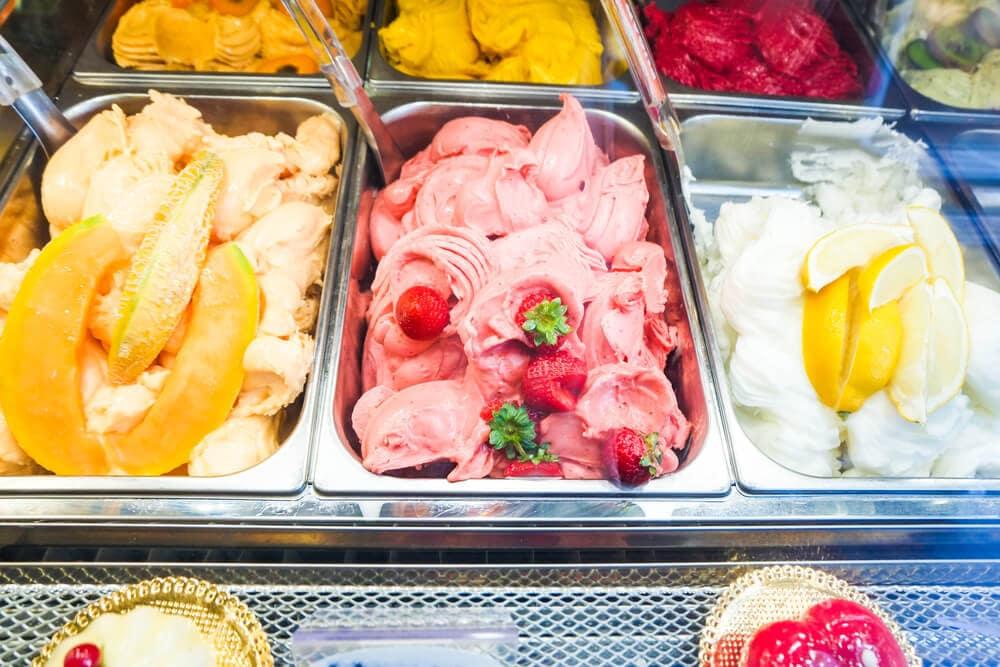 Três sabores de sorvete artesanal em vitrine